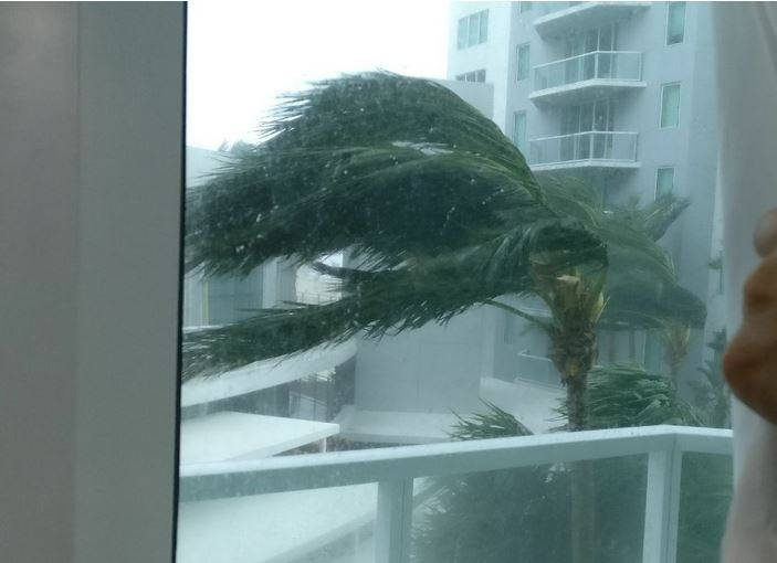Da janela de Ramón Juttel, um flagrante do vento forte em Miami Beach
