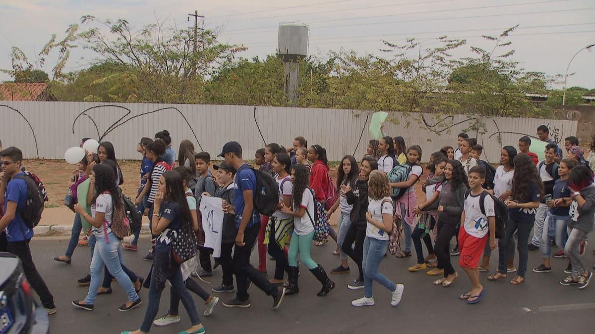Grupo protesta contra violência em escolas no DF após colega levar tiro em tentativa de roubo
