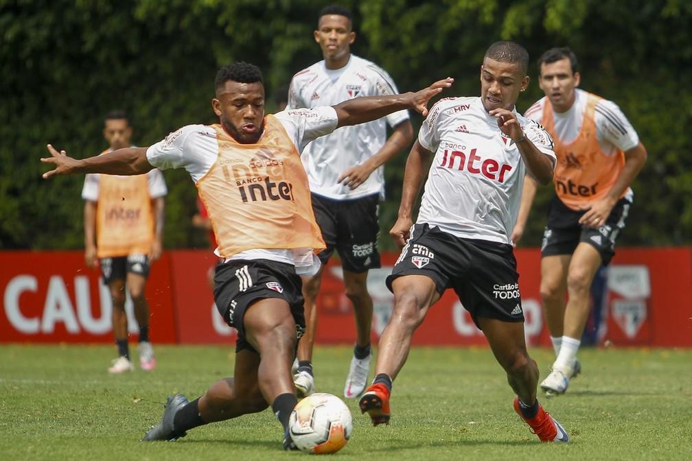 Luan disputa a bola com Brenner durante treino do São Paulo — Foto: Reprodução/Twitter