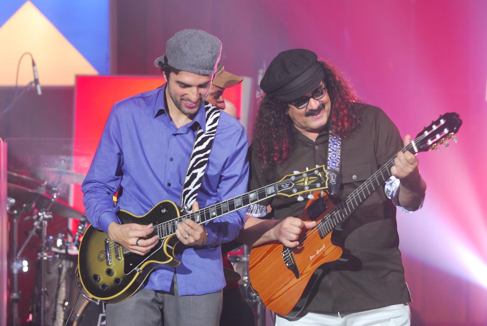 Davi Moraes e Moraes Moreira tocam durante programa Som Brasil em 2009 — Foto: TV Globo / Zé Paulo Cardeal