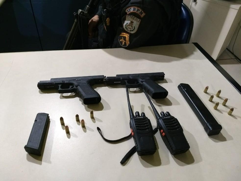 Armas apreendidas com suspeitos; dois morreram em confronto com policiais militares em Angra dos Reis (Foto: Polícia Militar/Divulgação)
