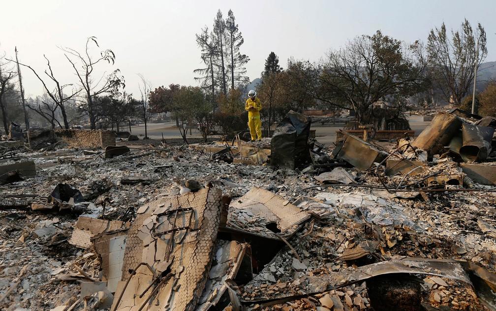 -  O comandante dos bombeiros Kim Sone inspeciona danos causados por incêndio em Santa Rosa, Califórnia, na quinta  12   Foto: AP Photo/Jeff Chiu