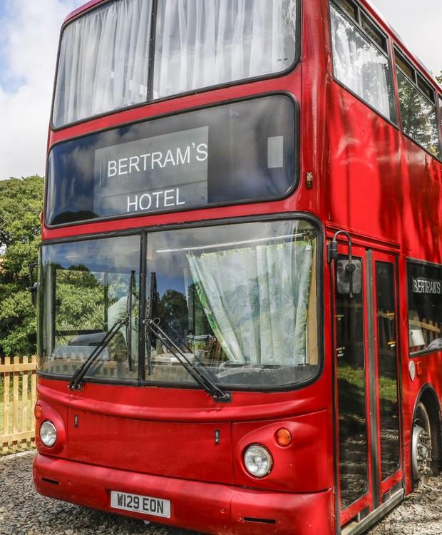 O ônibus fica próximo à cidade de Hartland, no interior da Inglaterra (Foto: Sykes Holiday Cottages)