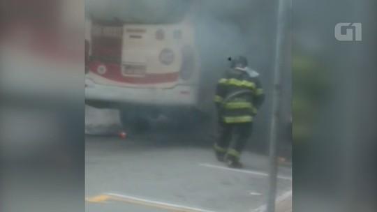 Micro-ônibus é destruído por incêndio no Centro de São Vicente, SP; vídeo