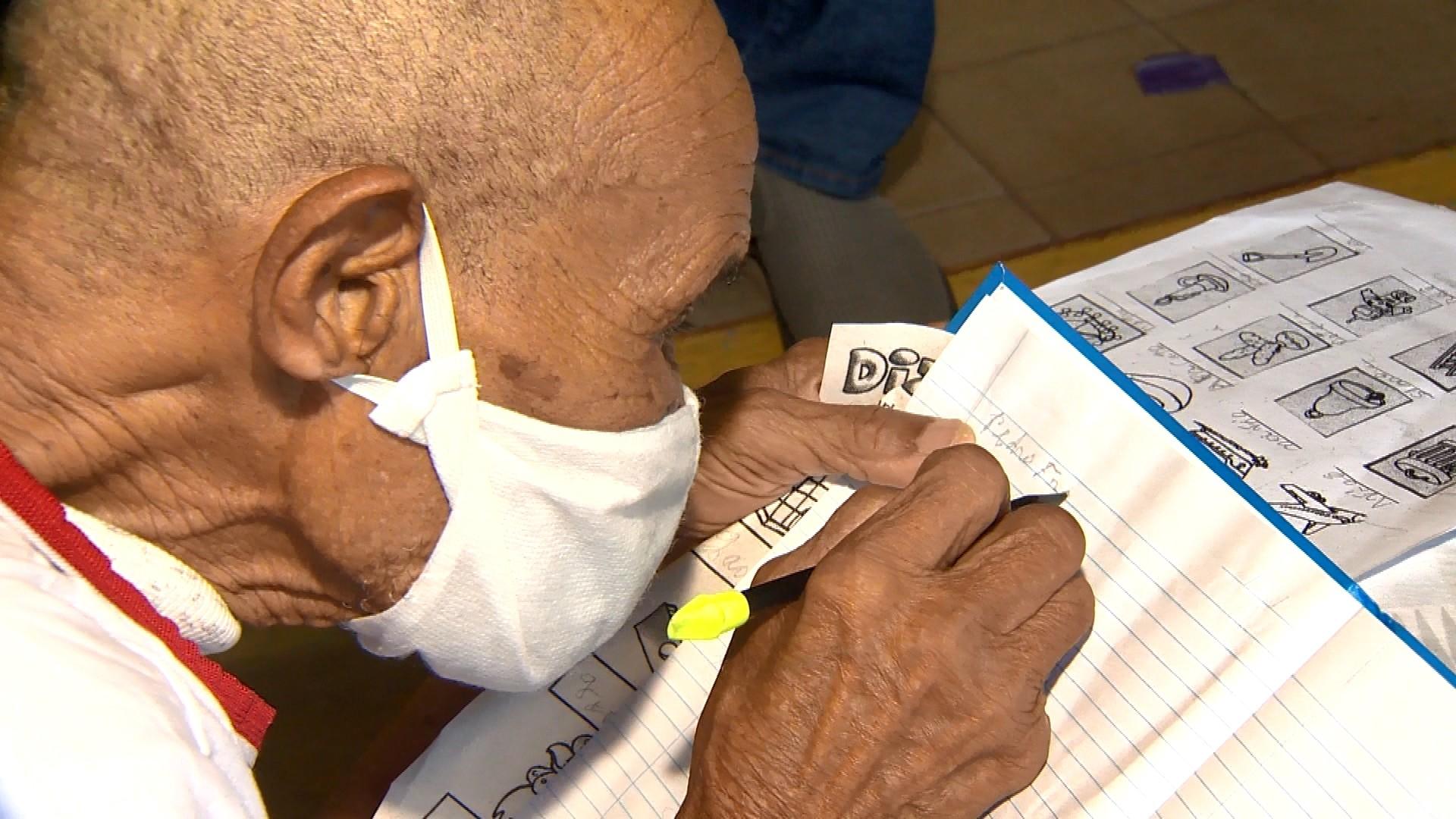 'Enquanto há vida, há esperança', diz idoso que voltou à sala de aula aos 102 anos no ES