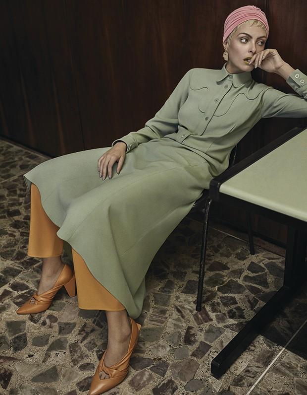 Vestido Lilly Sarti, R$ 2.781. Calça Paula Raia, R$ 1.920. Touca acervo (Foto: Gustavo Zylbersztajn (SD MGMT))