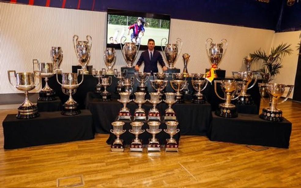 Messi posa com os 35 troféus que conquistou no Barcelona — Foto: Site oficial do Barcelona