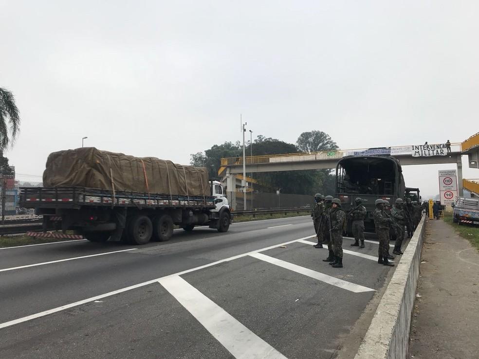 Equipes garantem a passagem de caminhões na via Dutra (Foto: Michele Sampaio/TV Vanguarda)