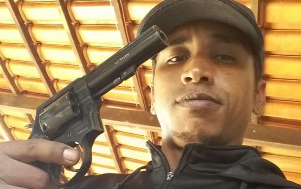 Homem aparece em foto com arma em punho horas antes de ex-namorada ser morta em Inhumas, Goiás — Foto: Reprodução/TV Anhanguera