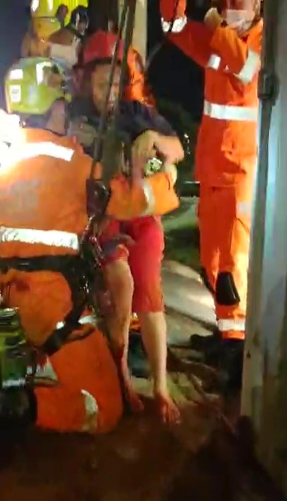 Vítima sendo retirada do tubulão. — Foto: Corpo de Bombeiros/Divulgação