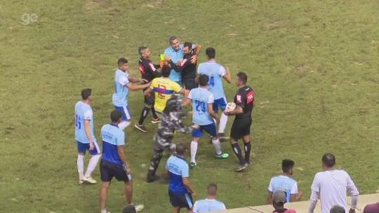 Expulso em final, técnico entra em campo para questionar árbitro e é contido por auxiliar