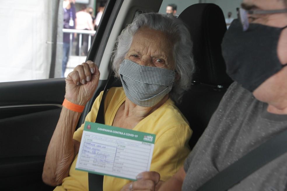 Idosa recebe imunização contra covid-19 na cidade de São Paulo — Foto: Rogério Galasse/Futura Press/Estadão Conteúdo