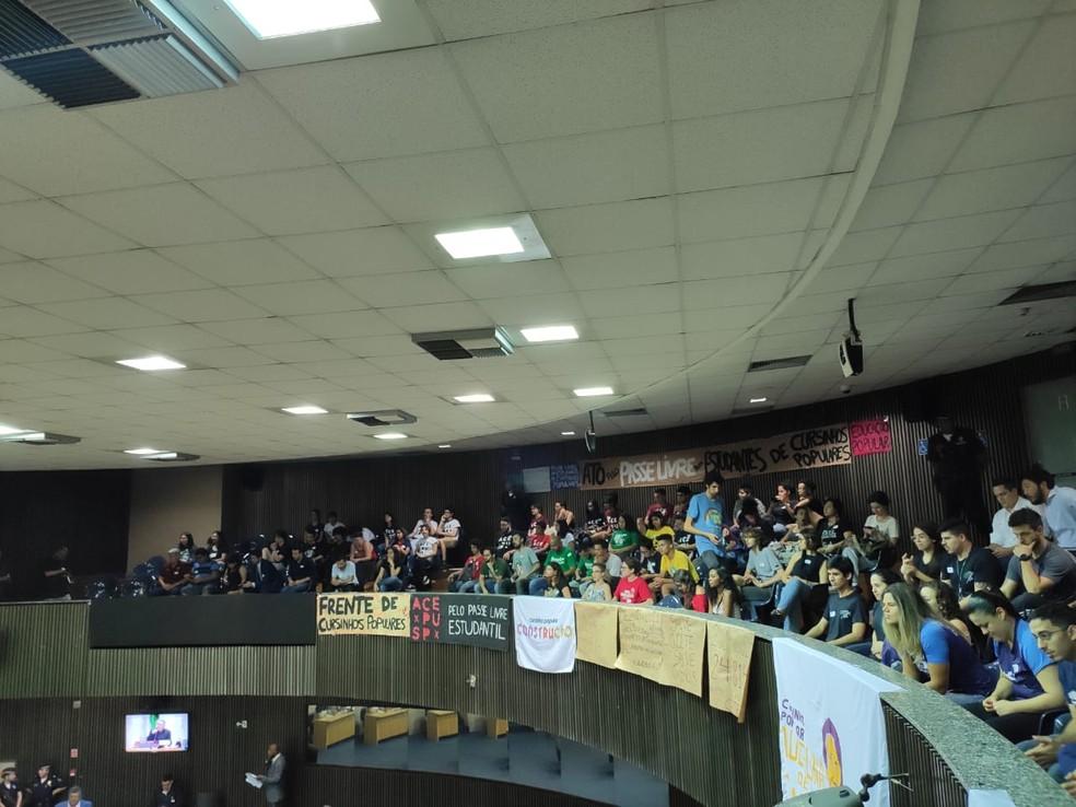 Estudantes de cursinhos populares acompanham votação do passe livre estudantil na Câmara do Vereadores de São Paulo nesta quarta-feira (16) — Foto: Cursinho Popular Construção/Reprodução Facebook