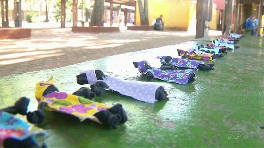 Professora espalha 1,2 mil bonecas negras em terminal de ônibus para lembrar o Dia da Consciência Negra
