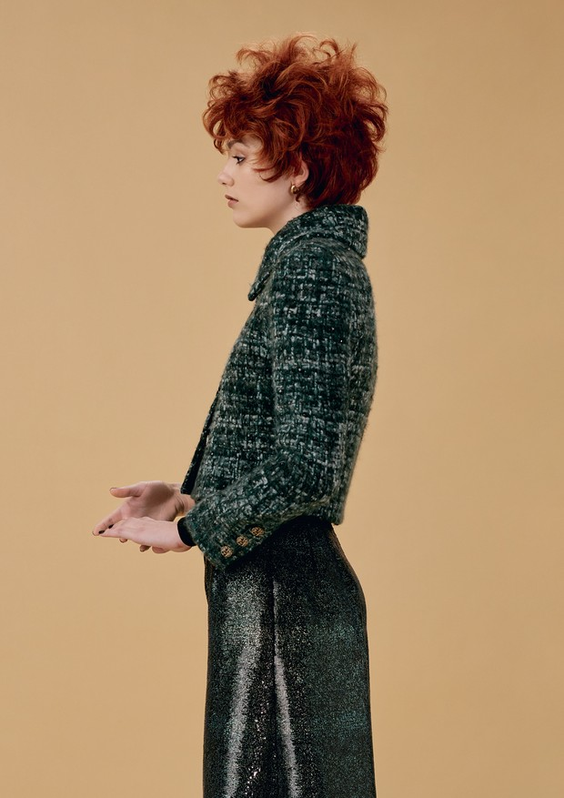 Larissa Saldanha veste jaqueta, a partir de R$ 37.120, e calça, a partir de R$ 14.120, ambas Chanel. Brincos, Amsterdam Sauer.  (Foto: Hick Duarte)
