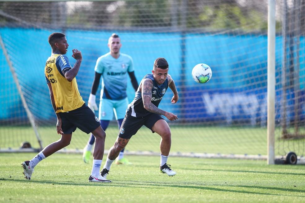 Jean Pyerre e Matheus Henrique em treino do Grêmio — Foto: Lucas Uebel/Grêmio