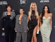 Khloé Kardashian se desculpa por não ter entendido que ganhou prêmio e não agradecer aos fãs
