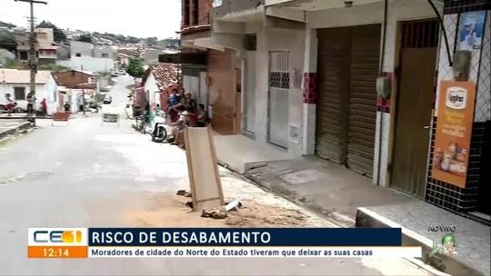 Famílias passam a noite na rua com medo de casas desabarem após vazamento da Cagece em Viçosa do Ceará