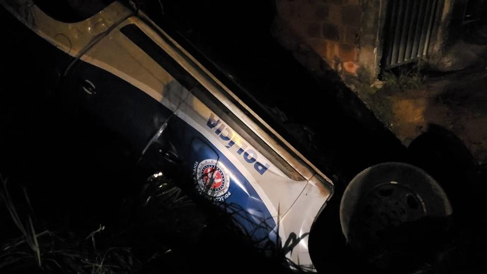 Viatura da PM capota durante perseguição em Salvador — Foto: Redes sociais