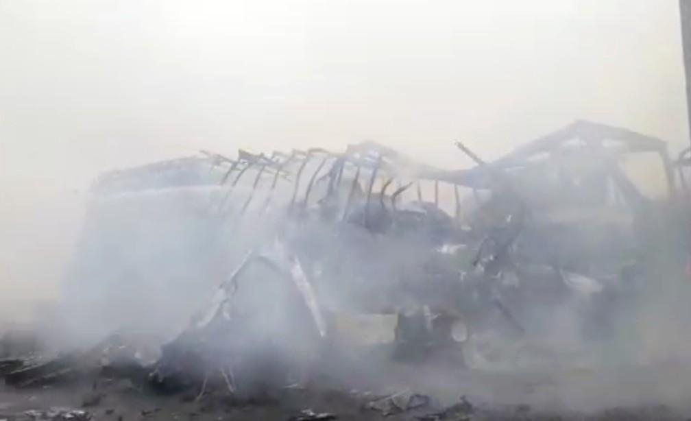 Um das carretas envolvidas no acidente na MS-306 foi completamente incinerada pelo fogo — Foto: O Correio News