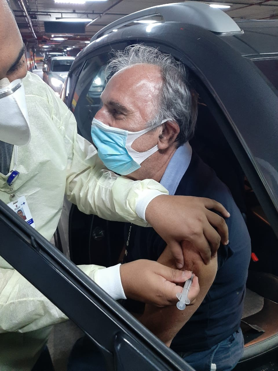 Ex-locutor Osmar Santos é vacinado contra a Covid-19 em SP: 'vacina sim'