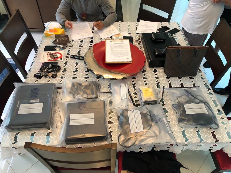 -  Arquivos estavam armanezados em HDs e foram apreendidos na casa do suspeito em Uberlândia  Foto: Polícia Civil/Divulgação