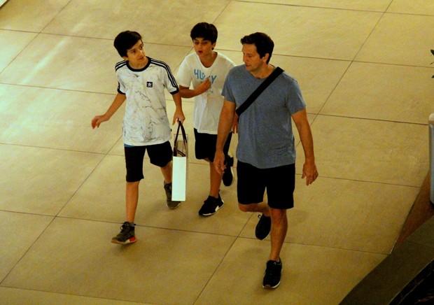 Vladimir Brichta faz compras no shopping com o filho, Vicente (Foto: José Humberto / AGNews)