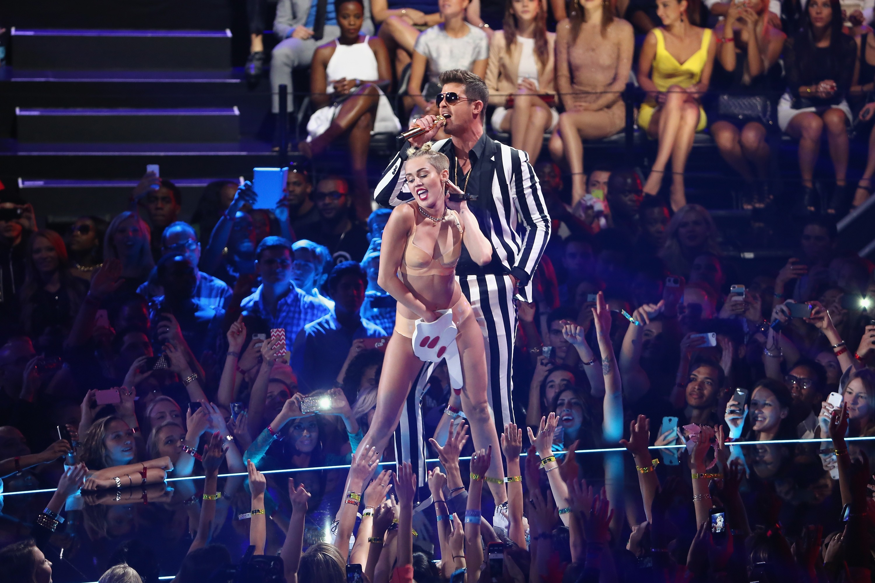 Miley Cyrus no VMA 2013 com Robin Thicke (Foto: Getty Images)