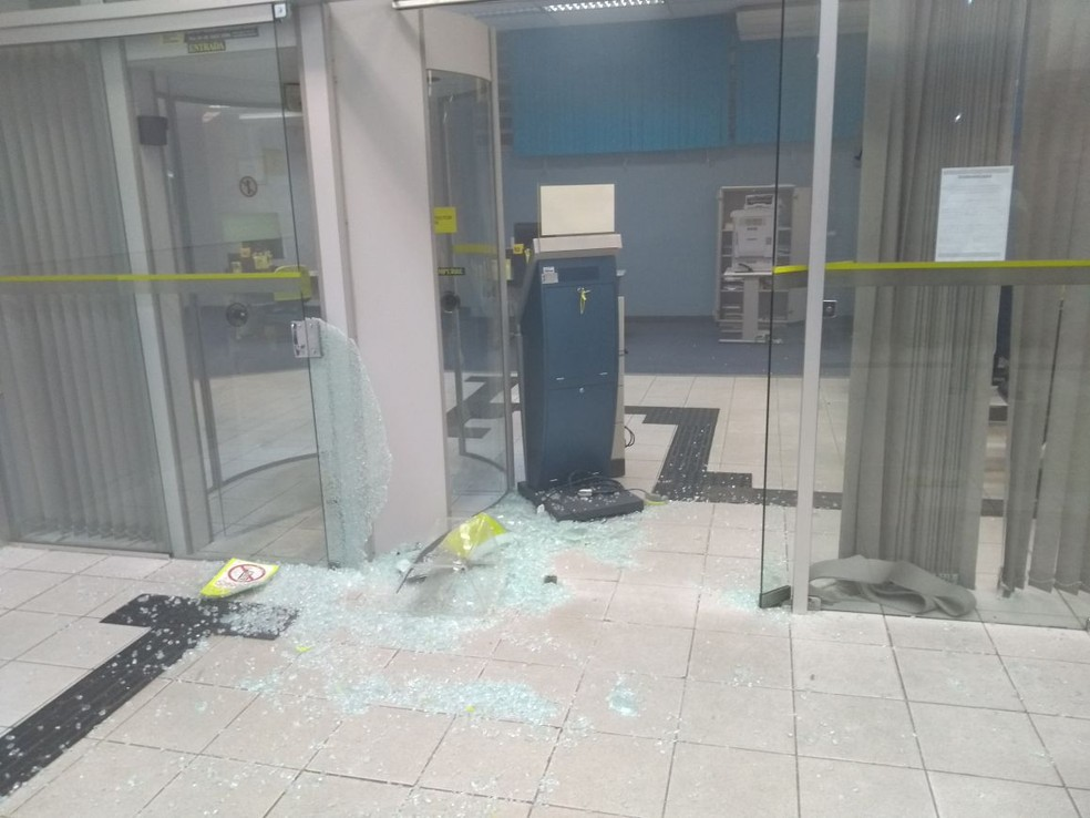 Criminosos invadiram duas agências e explodiram os cofres dos estabelecimentos em Santa Cruz do Capibaribe (Foto: Polícia Militar/Divulgação)
