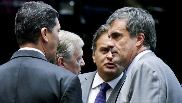Aécio Neves (PSDB-MG), Ricardo Ferraço (PSDB-ES), Tasso Jereissati (PSDB-CE) e o advogado da presidente Dilma, José Eduardo Cardozo. (Foto: Marcos Oliveira/Agência Senado)