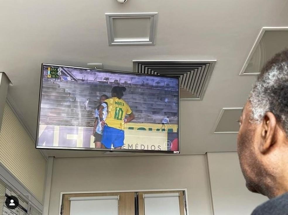 Pelé assistindo ao jogo entre Brasil e Argentina — Foto: Reprodução/Instagram