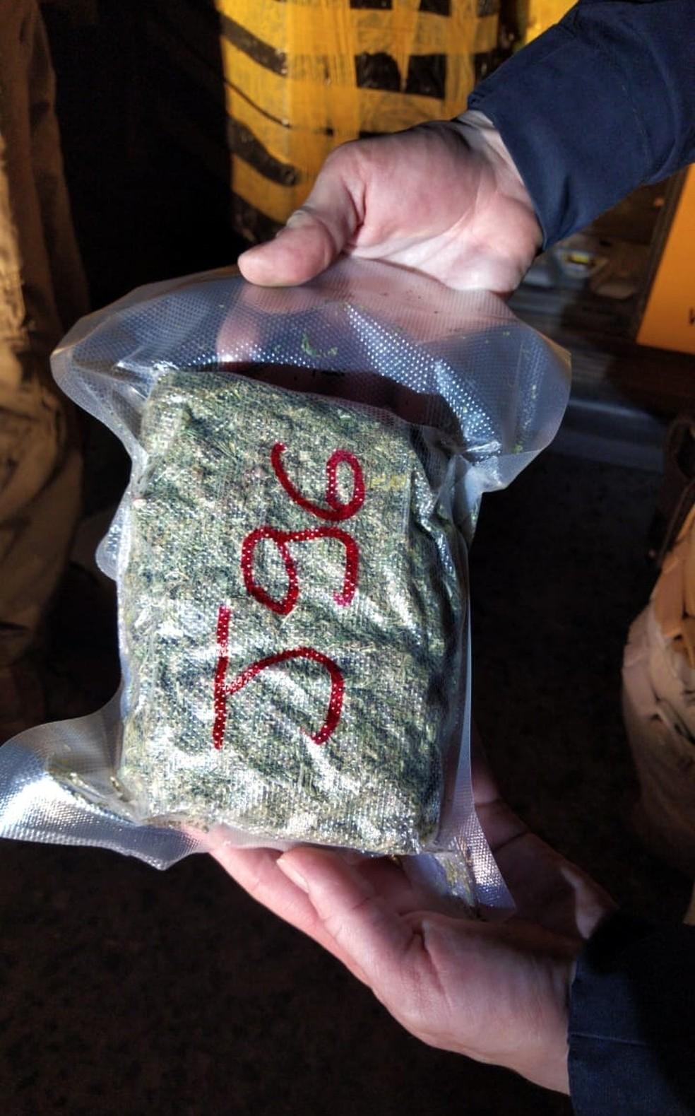 No interior do veículo estavam a droga e um rádio comunicador — Foto: Polícia Rodoviária Federal / Divulgação