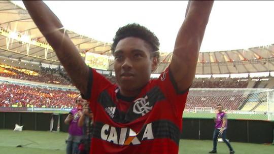 """Dez milhões de euros mais leve, Vitinho passa bola de mais caro do Flamengo e diz: """"Tira um peso"""""""