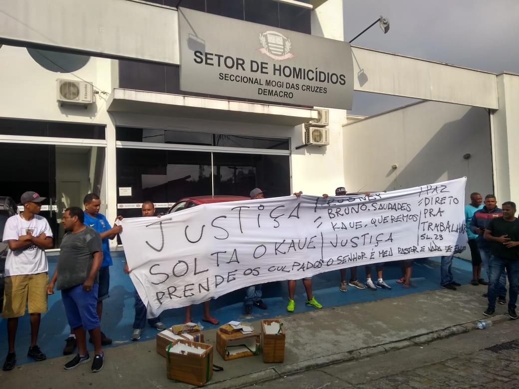 Familiares de mortos e de preso em assalto em posto de combustíveis de Itaquaquecetuba protestam por justiça  - Notícias - Plantão Diário