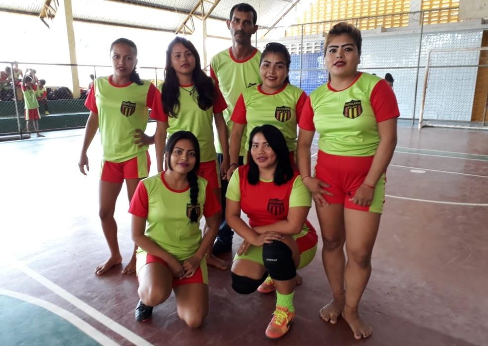 José Edvaldo e algumas alunas da equipe feminina da Escolinha Play (Foto: Arquivo pessoal)