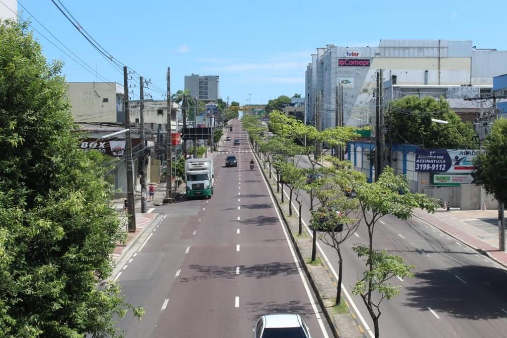 MANAUS - Avenida Djalma Batista vista praticamente sem fluxo de veículos ou pessoas nesta quarta (25) — Foto: Eliana Nascimento/G1 AM