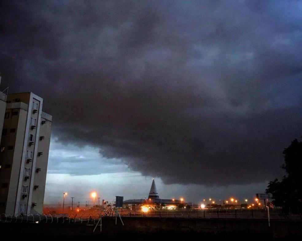 Próximo à rodoviária de Marília, nuvens pesados indicavam que temporal seria forte — Foto: Arquivo pessoal