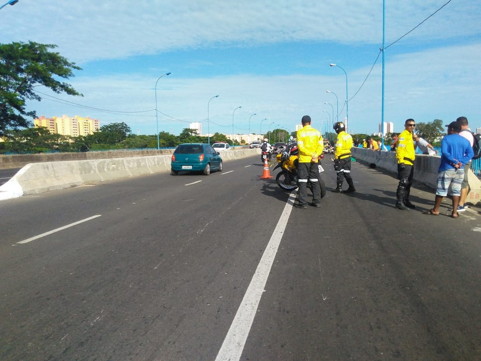 Trânsito ficou interditado no sentido Leste-Sul de Teresina (Foto: Roberto Araújo/G1 PI)
