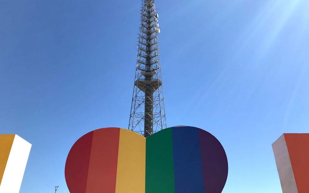 Coração de escultura em homenagem a Brasília no centro da capital ganha adesivo com as cores da bandeira LGBT — Foto: Luiza Garonce/G1