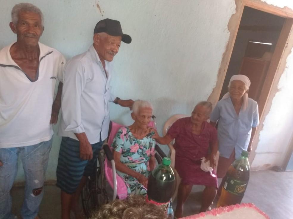Dona Maria com os quatro filhos no aniversário de 119 anos — Foto: Arquivo pessoal