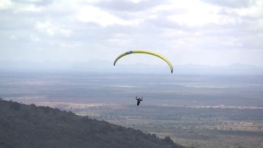 Em Santa Teresinha, Briza Menezes pratica parapente