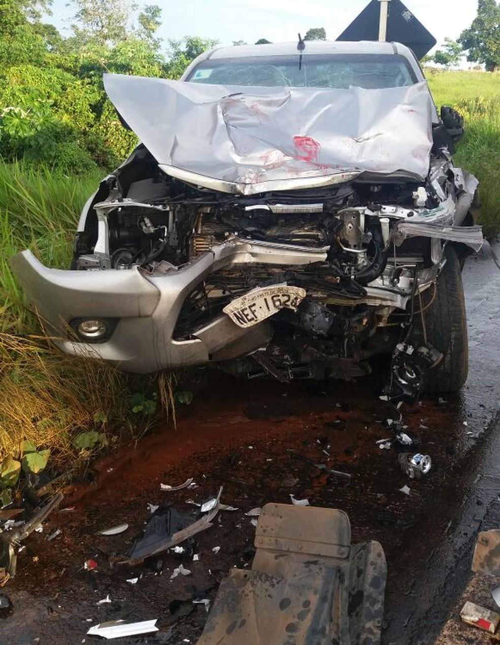 Caminhonete atingida por carreta ficou com a frente destruída (Foto: PRF/Divulgação)