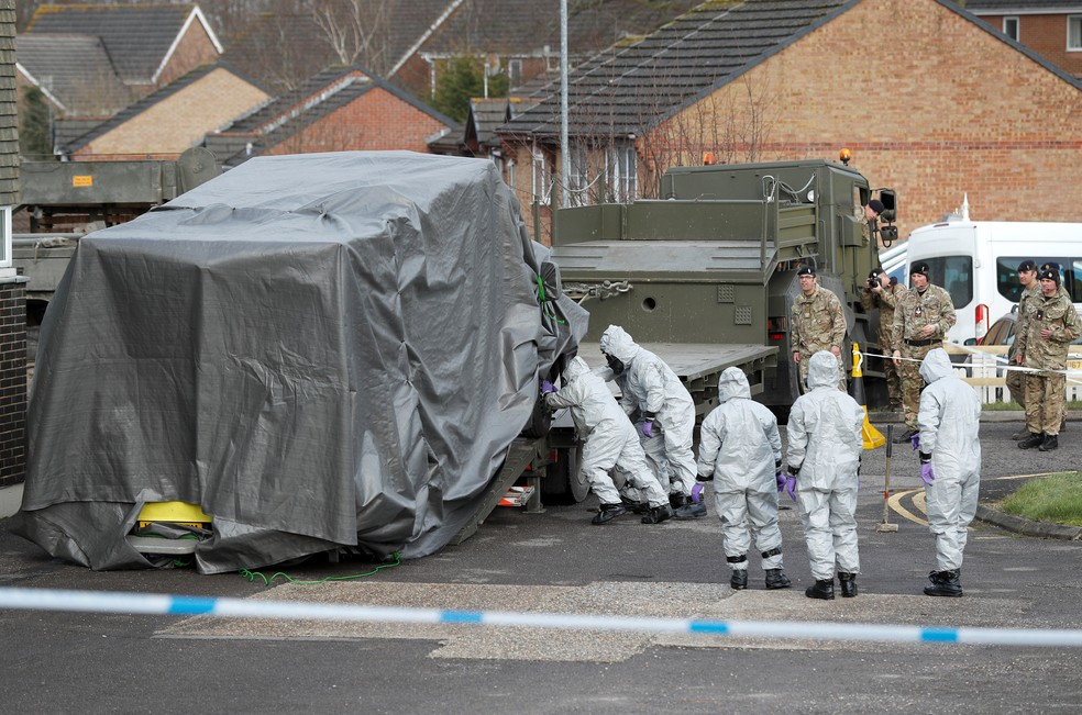 Soldados com roupas de proteção carregam ambulância envolvida em lona em um caminhão neste sábado em Salisbury, onde um ex-espião russo foi envenenado por agente nervoso  (Foto: Peter Nicholls/Reuters)