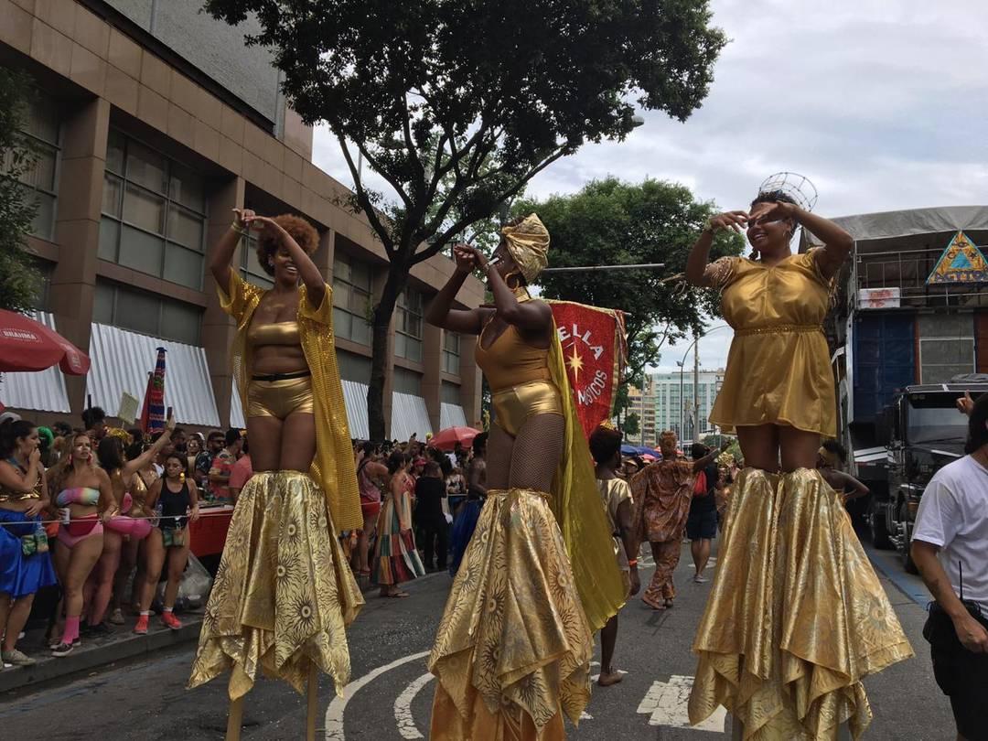 Sobre pernas de pau, passistas fazem coreografia durante apresentação do Agytoê no Centro do Rio