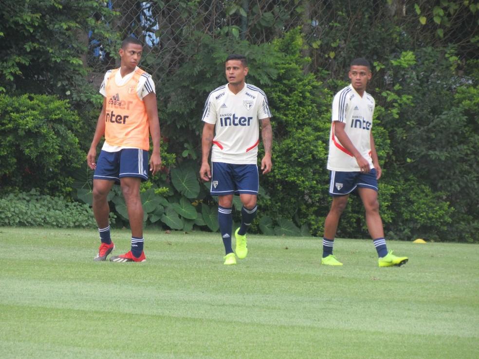 Everton, no centro, participa de treino do São Paulo — Foto: Leandro Canônico