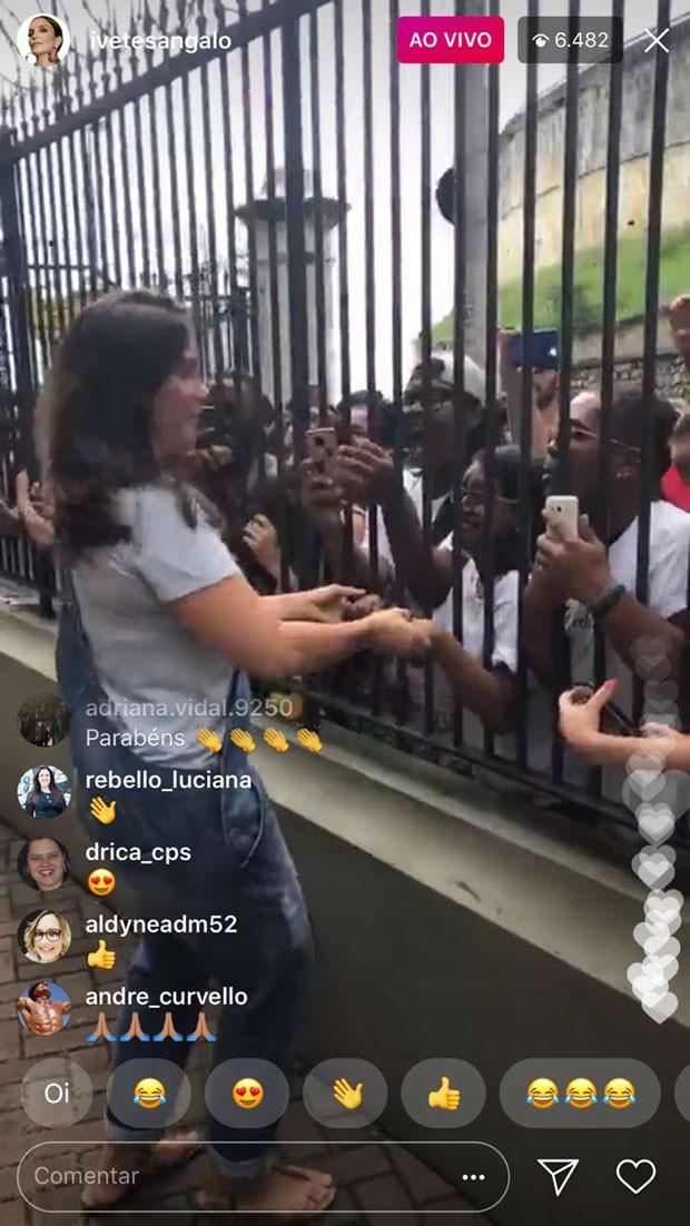Ivete Sangalo faz pocket show na frente de seu prédio em Salvador (Foto: Reprodução/Instagram)