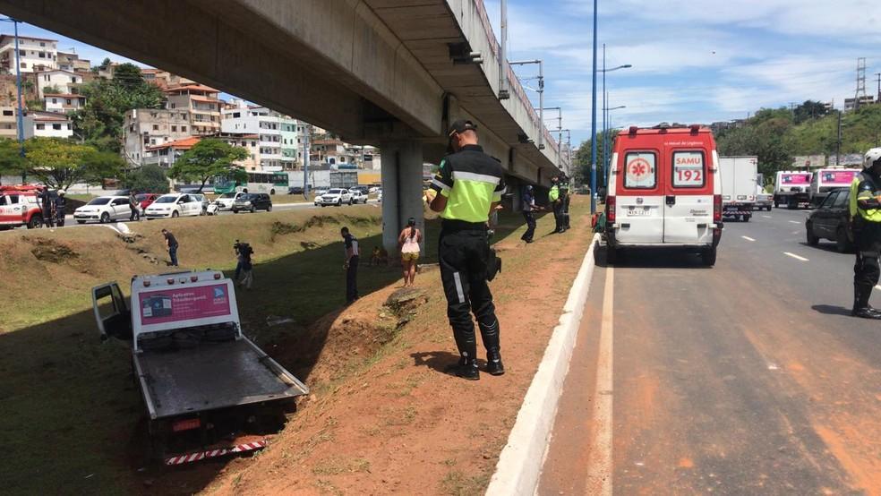 Segundo Transalvador, caso ocorreu para quem sai da BR-324 e segue para o centro da cidade. Não há informações sobre estado de saúde de vítimas, que são atendidas pelo Samu. — Foto: Camila Oliveira / TV Bahia
