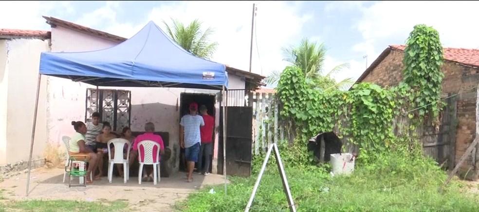 Dez homens armados cercaram a residência no bairro Vila Mearim em Bacabal (MA) — Foto: Reprodução/TV Mirante