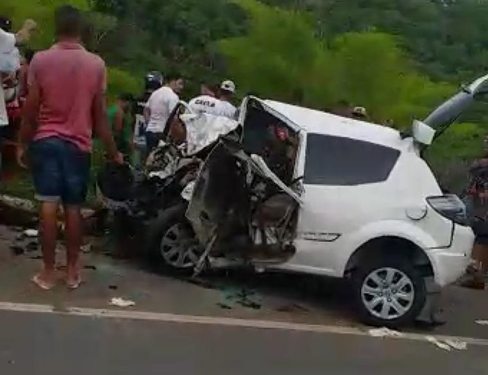 Acidente deixou mortos e feridos na BR-101, na cidade de Presidente Tancredo Neves — Foto: Site do Voz da Bahia/Carlos José