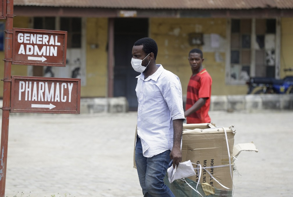 Homem usando máscara contra o novo coronavírus é visto no hospital Yaba Mainland em Lagos, na Nigéria, nesta sexta-feira (28). O país confirmou o primeiro caso de Covid-19 na quinta (27). — Foto: Sunday Alamba/AP